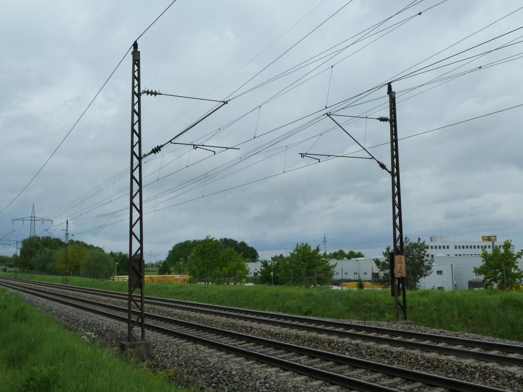 Reichsbahnmast von der Elektrifizierung 1935 mit neuen Auslegern aus der Zeit des Ausbaus auf 200km/h