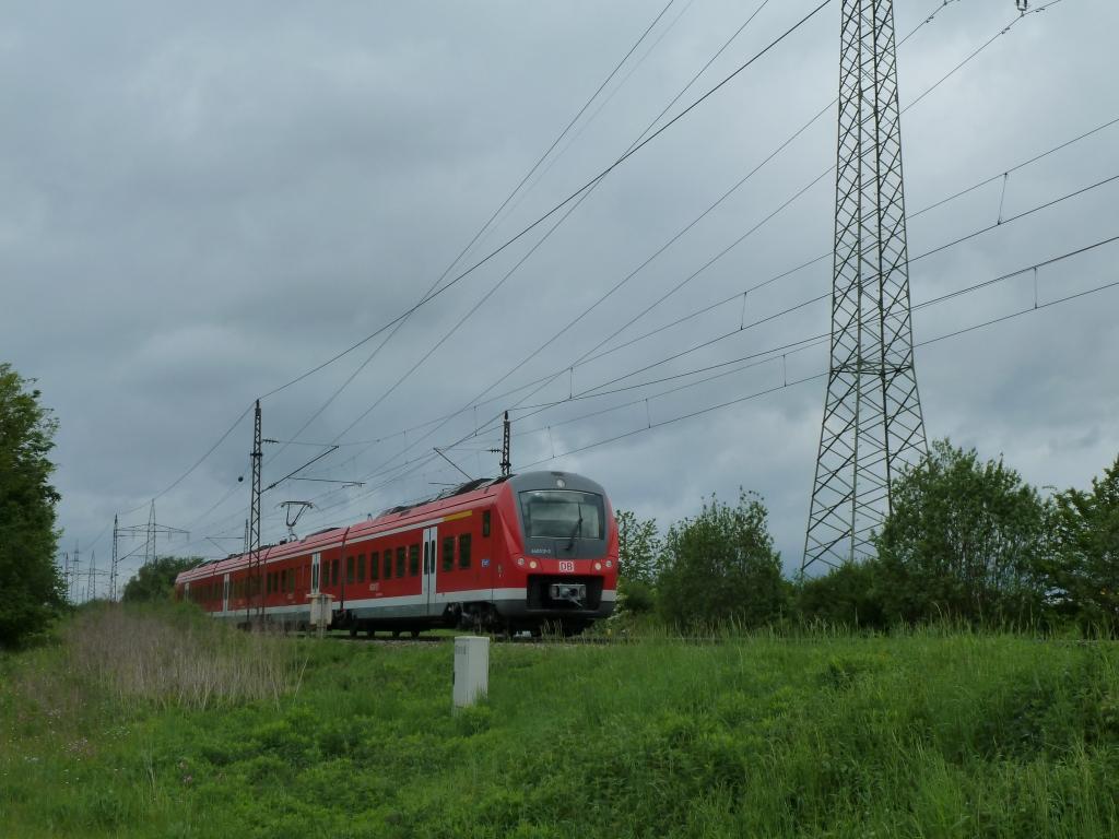 Ein 440er passiert den früheren Standort des Sbk 198, an dem noch ein Fernsprechkasten steht.